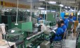 Linha de montagem da fábrica da Embraco em Pequim, na China. Foto: Agência O Globo / Gilberto Scofield Jr