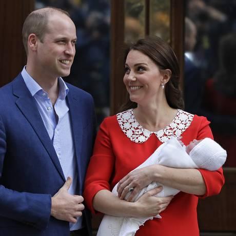 Príncipe William e Kate saem do hospital com o filho caçula Foto: Kirsty Wigglesworth / AP