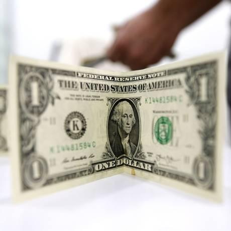 Dólar turismo já é vendido a até R$ 3,83 no Rio Foto: ATTA KENARE / AFP