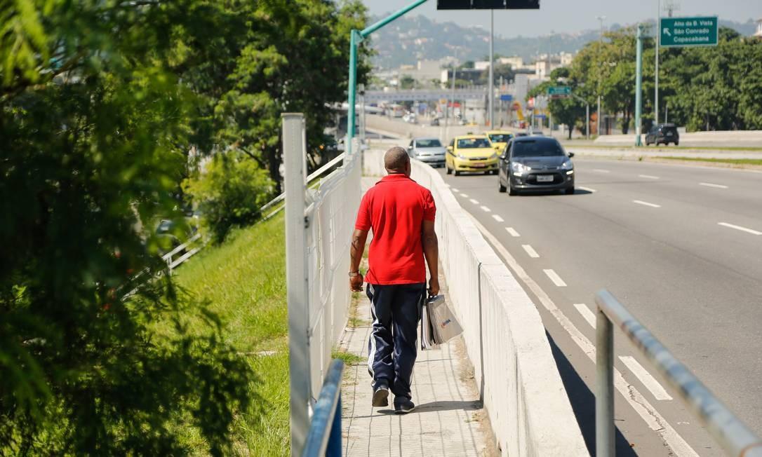 Segundo moradores, passarela na Armando Lombardi tem sido cenário de roubos e furtos frequentemente Foto: Brenno Carvalho / brenno carvalho