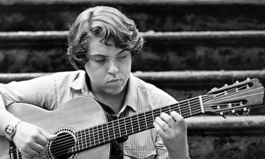 Raphael Rabello em 1982, quando lançava seu primeiro disco solo Foto: Divulgação