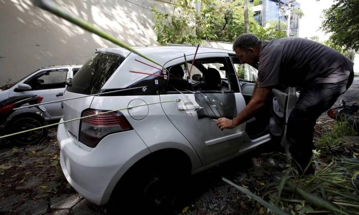 Agentes da Divisão de Homicidios fazem perícia no carro da vereadora Marielle Franco (Arquivo) Foto: Agência O Globo