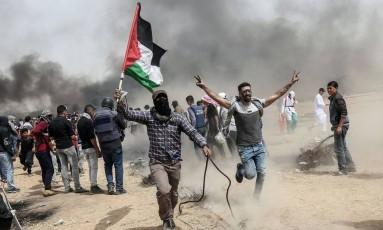 Manifestantes palestinos durante protesto em Khan Younis, no Sul da Faixa de Gaza Foto: SAID KHATIB / AFP