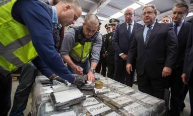 Foto divulgada por ministro mostra inspeção de pacotes que continham cocaína Foto: HANDOUT / AFP