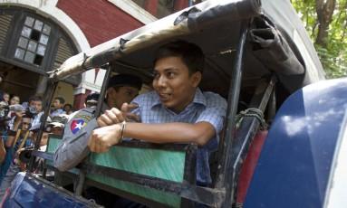 Jornalista da Reuters, Kyaw Soe Oo fala com repórteres em Mianmar após audiência por suposta violação de leis de segredo de Estado ao denunciar abusos do Exército e de milícias contra a minoria étnica rohingya Foto: Thein Zaw / AP