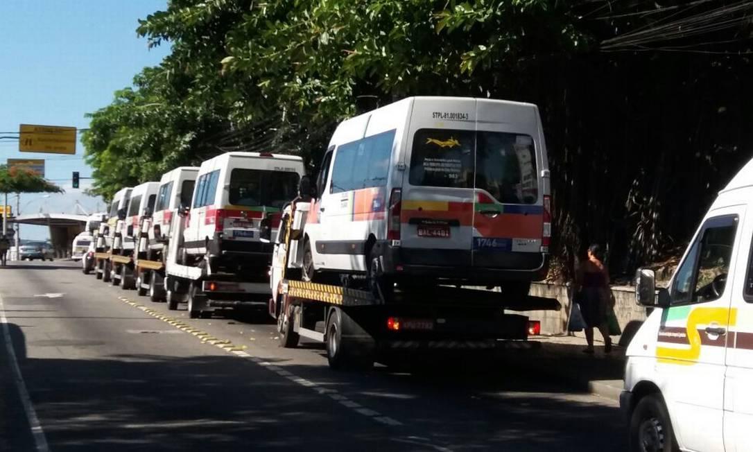 Vans são apreendidas em operação contra a milícia em Santa Cruz Foto: Marcelo Régua / Agência O Globo