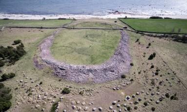 """Vista aérea da ilha. Mesmo 1.500 anos depois do massacre, muitos vestígios dele foram descobertos e existem histórias orais que permaneceram até os dias de hoje, classificando o local como """"perigoso"""" Foto: Sebastian Jakobsson"""