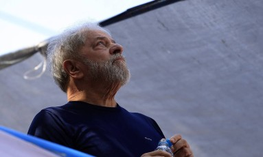 O ex-presidente Lula, enquanto discursava em carro de som em frente ao Sindicato dos Metalúrgicos no ABC Foto: Edilson Dantas / Agência O Globo (07/03/2018)