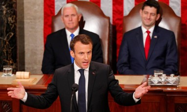Macron gesticula ao discursar ante o Congresso dos EUA, observado pelo vice-presidente Mike Pence (esq.) e o presidente da Câmara, Paul Ryan Foto: BRIAN SNYDER / REUTERS