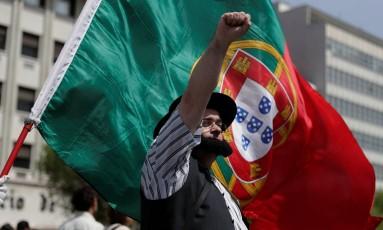 Em Lisboa, manifestante ergue punho em memória da Revolução dos Cravos, há 44 anos: o 25 de Abril se tornou uma instituição dos portugueses em memória da movimento que acabou com a ditadura salazarista Foto: RAFAEL MARCHANTE / REUTERS