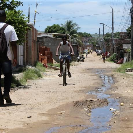 Rua com esgoto a céu aberto em Paciência, Zona Oeste do Rio Foto: Guilherme Pinto / Agência O Globo