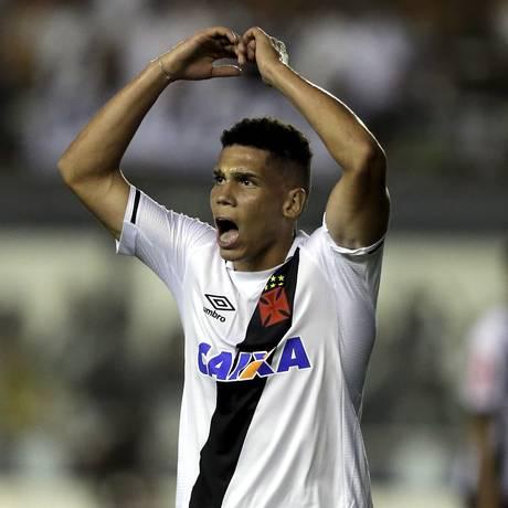 Especula-se que Paulinho tenha sido vendido por cerca de 20 milhões de euros - 15/11/2017 Foto: Marcelo Theobald / Agência O Globo