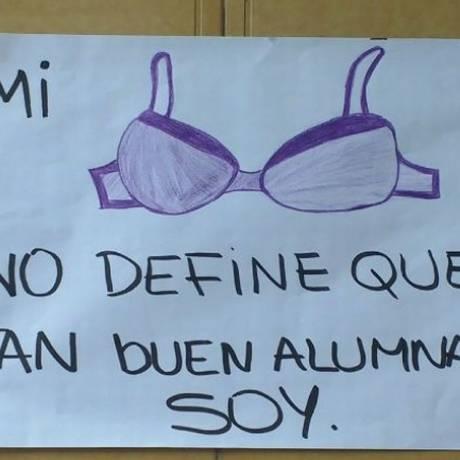 Cartaz feito por colegas da estudante repreendida: