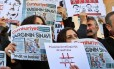 """Turcos seguram exemplares do jornal """"Cumhuriyet"""", em um ato de protesto contra a falta de liberdade de expressão no país Foto: Lefteris Pitarakis / AP"""