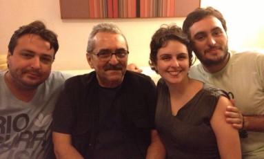 Andrei Bastos (de preto), em 2013, cercado por seus filhos: Gustavo, Olivia e Alex, morto dois anos depois Foto: Divulgação/Arquivo pessoal