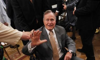 George H.W. Bush foi internado um dia após o funeral de sua esposa, Barbara Foto: MANDEL NGAN / AFP