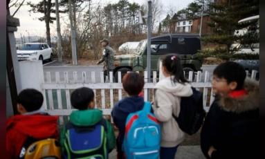 """Crianças de uma escola em Taesongdong, cidade sul-coreana """"na linha de frente"""" com a Coreia do Norte Foto: Reuters"""