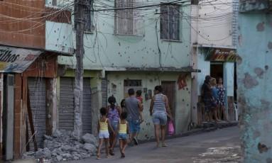MPRJ quer indenização para moradores que tiveram casas invadidas por PMs (Arquivo) Foto: Agência O Globo