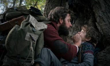 John Krasinski, que dirige e atua em 'Um lugar silencioso', com Noah jupe no filme Foto: Jonny Cournoyer / AP