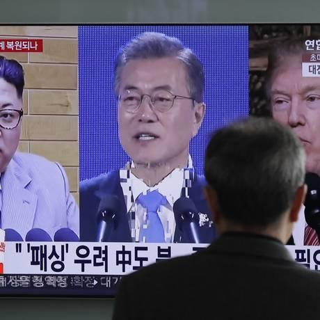 Homem assiste transmissao de imagens do Líder Supremo norte-coreano Kim Jong-un, do presidente sul-coreano Moon Jae-in e do presidente americano Donald Trump, em Seul Foto: Lee Jin-man / AP