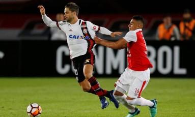 Diego é puxado por Gordillo no duelo entre Santa Fe e Flamengo, pela Libertadores Foto: JAIME SALDARRIAGA / JAIME SALDARRIAGA/REUTERS