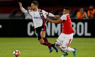 Meia Diego tenta escapar da marcação de Gordillo em uma atuação de baixa qualidade do Flamengo Foto: JAIME SALDARRIAGA / REUTERS