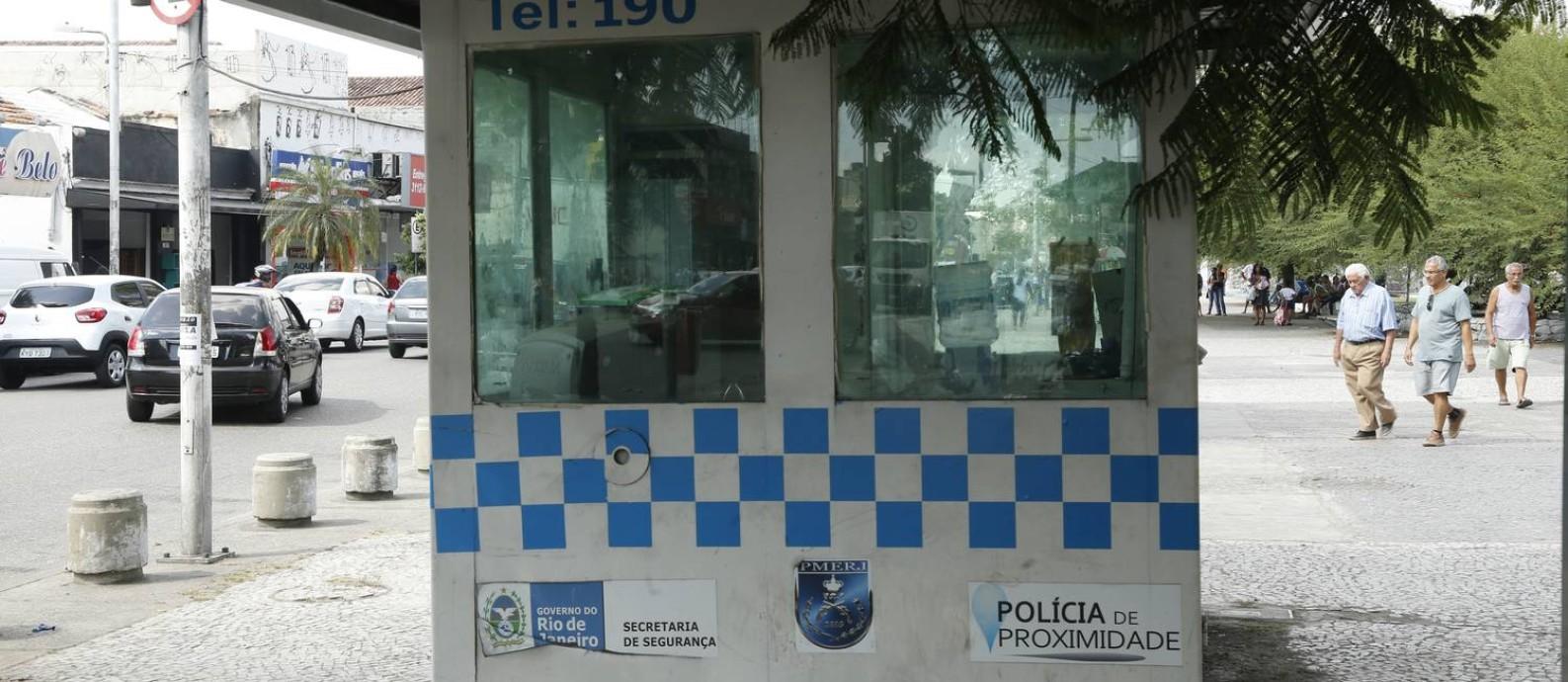 Cabine da PM abandonada em praça de Realengo Foto: Antonio Scorza / Agência O Globo