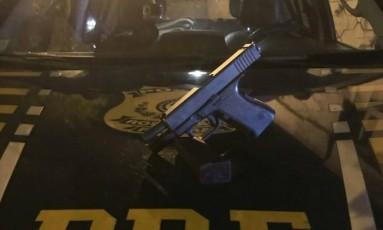 A pistola com kit rajada apreendida pela PRF Foto: Polícia Rodoviária Federal / Divulgação