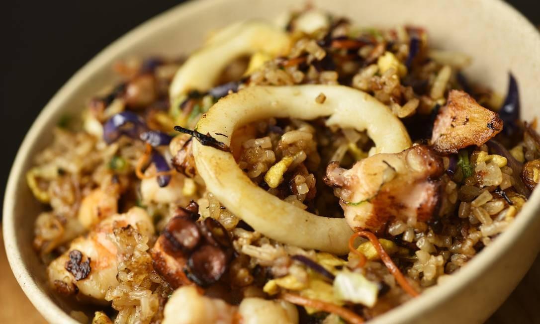 Soho: yakimeshi especial (R$ 46) com arroz japonês, legumes picados, frutos do mar e ovo. Av. Infante Dom Henrique, s/nº, loja 101, Marina da Glória (2237-9159). Foto: Bruno de Lima / Divulgação/Bruno de Lima