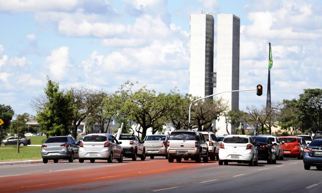 Os índios pintaram de vermelho uma das pistas da Esplanada dos Ministérios Foto: Jorge William / Agência O Globo