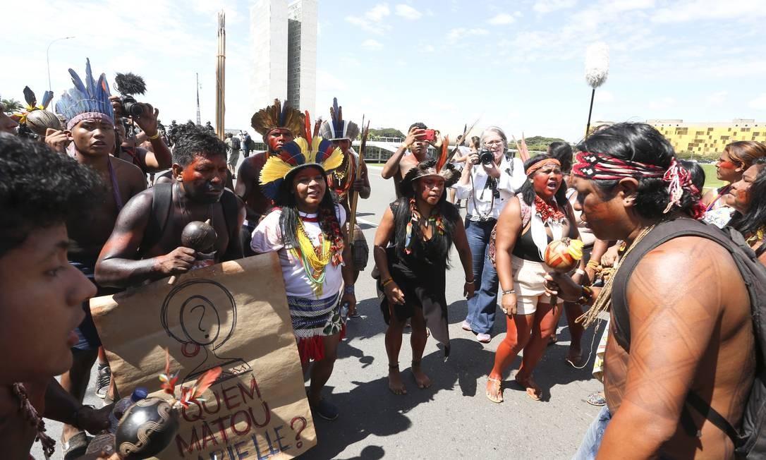 Eles fizeram um protesto reivindicando a demarcação de terras Foto: Ailton de Freitas / Agência O Globo
