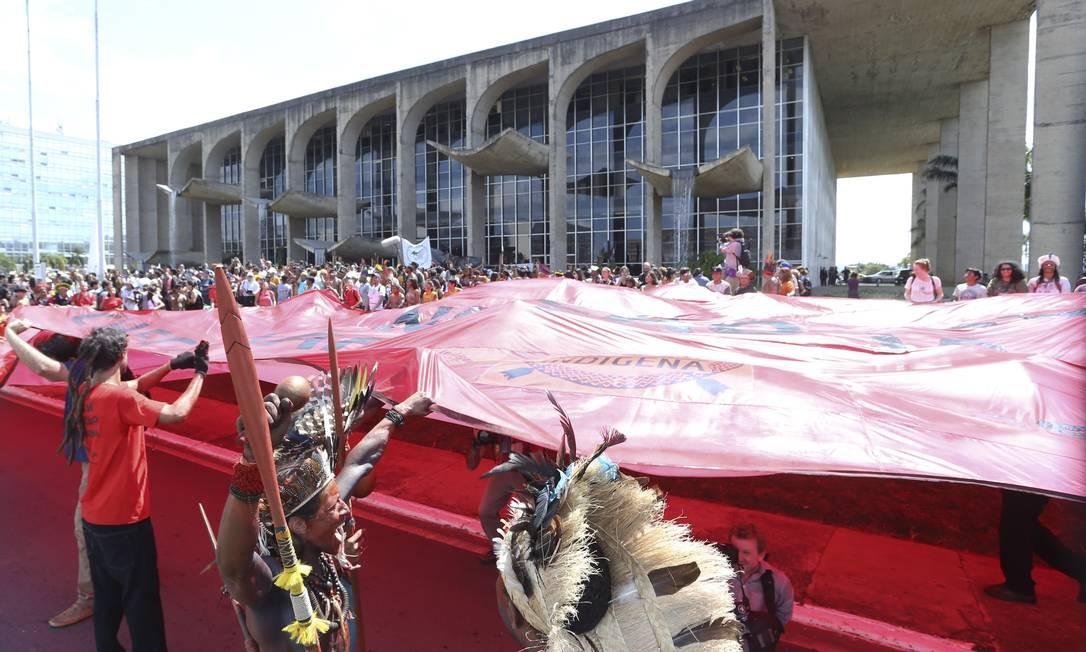 O protesto contou com cerca de 2 mil índigenas Foto: Ailton de Freitas / Agência O Globo