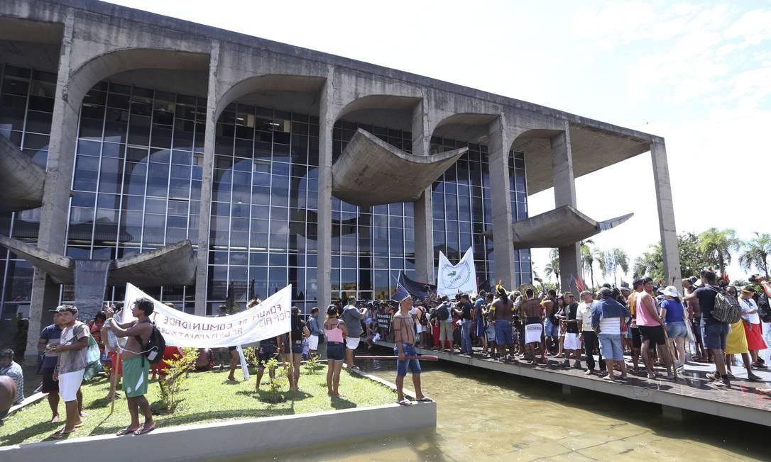 Eles protestam contra a PEC 215 e o parecer da Advocacia-Geral da União Foto: Ailton de Freitas / Agência O Globo