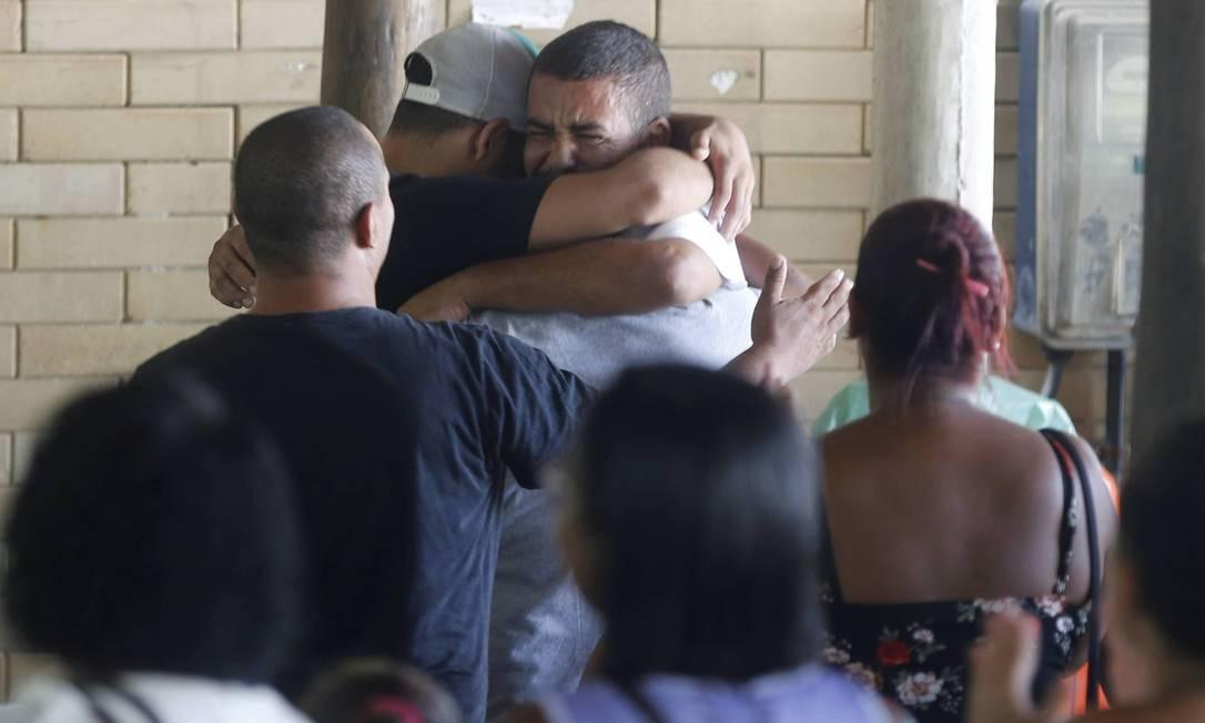 30c83b00fb1b Parentes abraçam presos que deixaram a cadeia em Gerincinó Foto: Domingos  Peixoto / Agência O