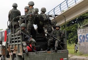 Militares circulam pelo Rio durante a intervenção federal Foto: Marcos de Paula/21-04-2018