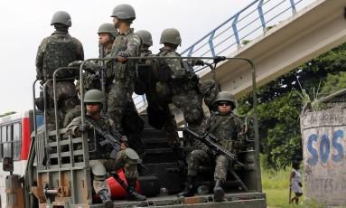 Militares circulam pelo Rio durante a intervenção federal Foto: Marcos de Paula / Agência O Globo