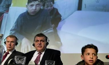 O menino Hassan Diab, de 11 anos, apresentado hoje em Haia, parece ser o mesmo filmado durante o suposto ataque químico em Douma, no dia 7 de abril Foto: Peter Dejong / AP