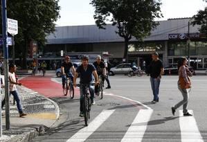Ciclistas atravessam a Avenida Visconde do Rio Branco em direção à Amaral Peixoto: contagem é feita na terceira semana do mês, às quartas e quintas, das 7h às 9h Foto: Agência O Globo / Uanderson Fernandes