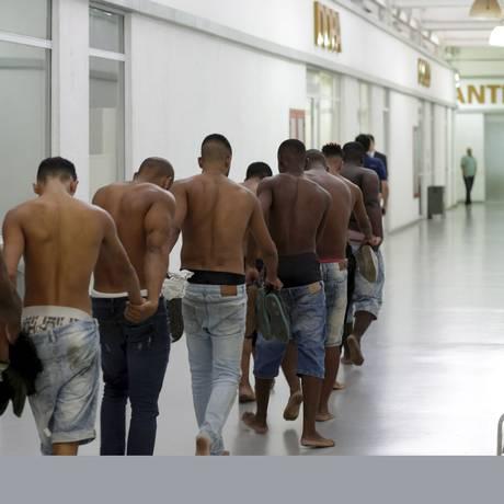 Presos em festa da mílica são levados por policiais Foto: Gabriel de Paiva/07-04-2018