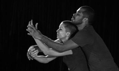 """Tiago Oliveira e Mônica Burity no espetáculo de dança """"Fauno"""", de Gustavo Gelmini Foto: Sergi Arbusà / Divulgação"""