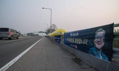 Cartaz de apoio ao presidente sul-coreano, Moon Jae-in, na estrada que leva à Zona Desmilitarizada entre as Coreias, onde ocorrerá a cúpula Foto: ED JONES / AFP