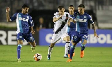 Wagner disputa a bola com adversário do Racing, em jogo pela Libertadores Foto: Marcio Alves / Marcio Alves