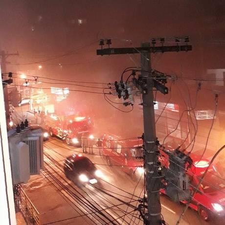Bombeiros foram acionados para o local do incêndio para realizar o controle das chamas Foto: Reprodução/Página Plantão Enfoco, no Facebook
