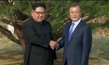 O presidente da Coreia do Sul, Moon Jae-in, e o líder norte-coreano Kim Jong Un se cumprimentam em Panmunjom Foto: REUTERS TV / REUTERS