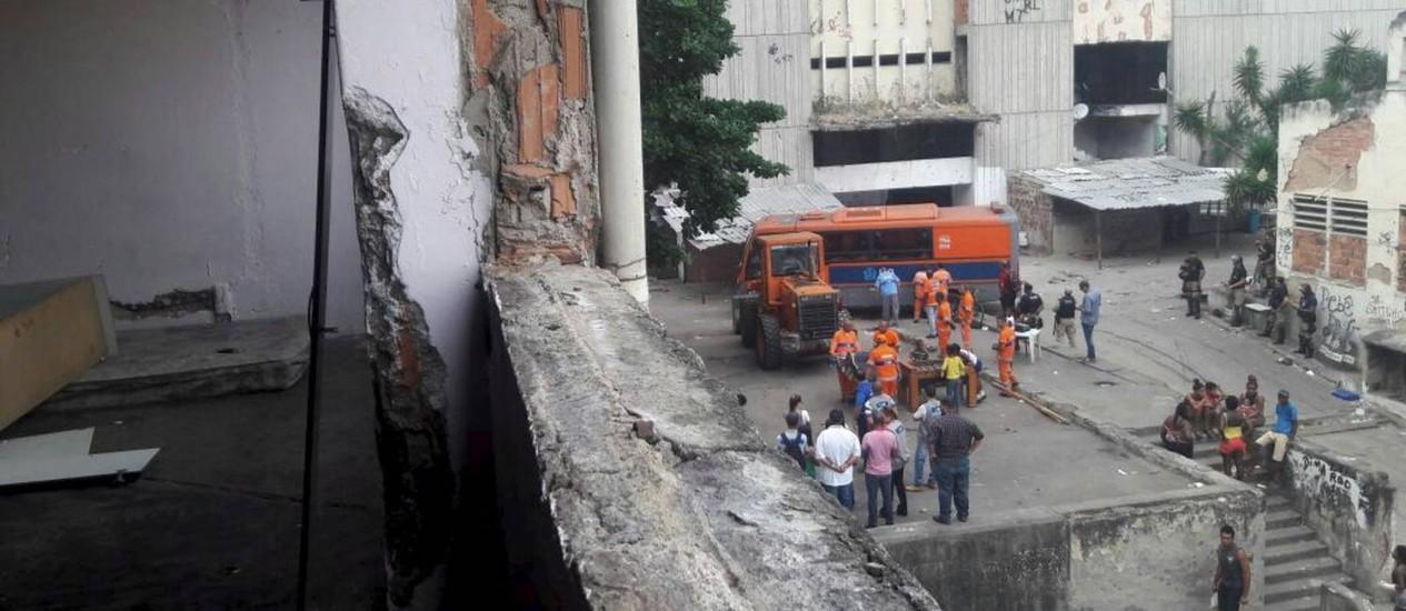 Prefeitura retira invasores do antigo prédio do IBGE, na Mangueira Foto: Domingos Peixoto / Agência O Globo