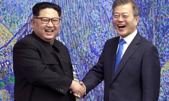Kim e Moon se cumprimentam com sorrisos abertos Foto: AP