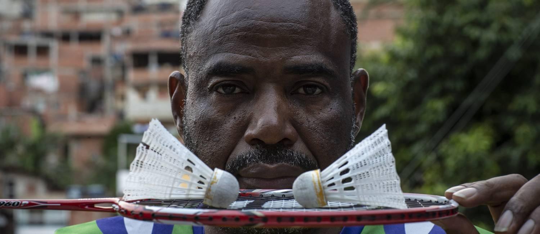 Sebastião Oliveira, de 52 anos, comanda o projeto Miratus, um milagre que, desde 1998, ensina badminton a jovens Foto: Alexandre Cassiano / Agência O Globo