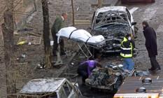Funcionários médicos retiram corpo do militar Pedro Antonio Blanco Garcia, morto em 2000 num ataque do ETA em Madri Foto: CHRISTOPHE SIMON / AFP