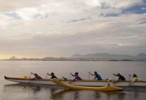 A equipe de canoa havaiana começa a treinar às 5h45m: professores cedem remos e coletes para os iniciantes, que remam junto com os alunos mais avançados Foto: divulgação/Diego Sobral