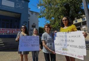 Maria Santiago (à esquerda), Margareth Teixeira de Oliveira, Maria Helena Quinze Dias e Gabriela Alves diante do Paulino Werneck Foto: Marcelo de Jesus